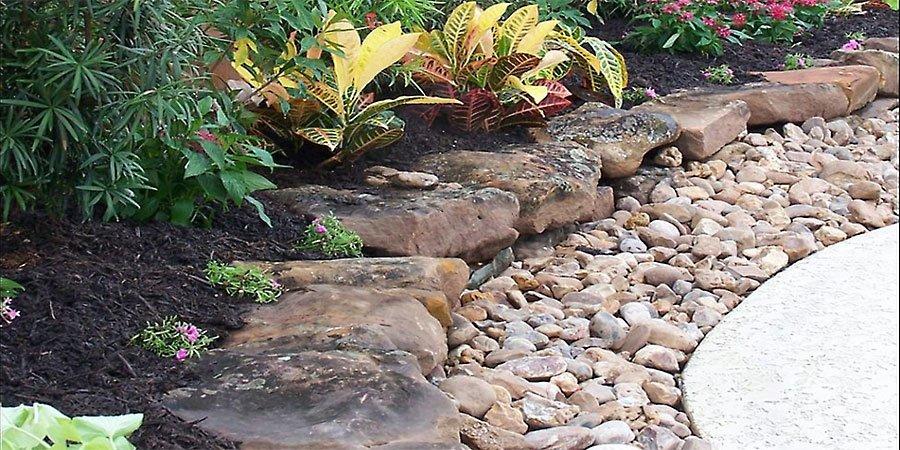 jardines con piedras de rio